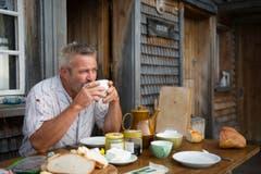 Brot, Milch und Käse: Frühstück auf der Alp. (Bild: Urs Bucher)