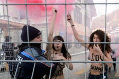 Die Ukrainerinnen hatten auch Rauchfackeln dabei, um gegen die Ungerechtigkeiten dieser Welt zu protestieren. (Bild: Keystone)