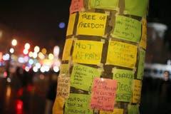 """Auf dem """"Freiheitsbaum"""" in Paris hinterliessen die Menschen ihre Nachrichten. (Bild: Keystone)"""