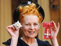 Vivienne Westwood präsentiert die Orden, welche ihr die Queen verliehen hat. (Bild: Keystone)