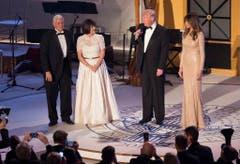 Die Trumps mit Vize-Präsident Mike Pence und seiner Frau Karen vor dem Candlelight Dinner. (Bild: Keystone)