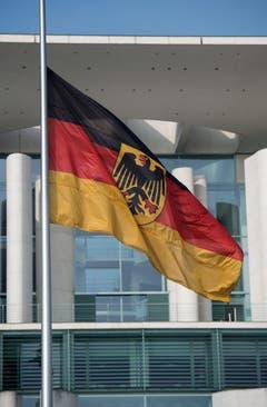 Die deutsche Flagge vor dem Kanzleramt in Berlin weht auf Halbmast. (Bild: Keystone)