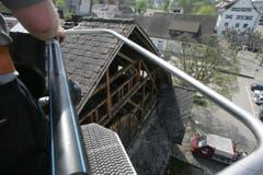 DAniel Eggenberger (graues T Shirt) und Ernst Schneider (blaues T Shirt) von der Feuerwehr Amriswil, arbeiten auf 12 Meter Höhe mitten in Amriswil. Sie demontieren die Blitzableiter der Festhütte, die begehrte Souvenirs sind. Man müssen sie schon fast bewachen, meint Ernst Schneider. Susann Basler © TZ 3. MAi 2006