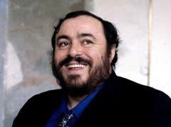 """Anders verhielt es sich beim 2007 verstorbenen Tenor Luciano Pavarotti. Blumen in der Garderobe sowie rund um die Bühne waren untersagt. Auch Zigarettenrauch, jegliche Art von Lärm sowie """"deutliche Gerüche rund um den Künstler"""" tolerierte der Italiener nicht. (Bild: Keystone)"""
