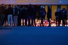 Kerzen vor dem Koseph-König-Gymnasium in Haltern am See: Die Schüler gedenken den verstorbenen 16 Schülern und den zwei Lehrerinnen. (Bild: Keystone)