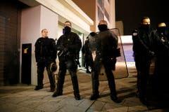 Polizisten bewachten die Redaktion von Charlie Hebdo, während im Innern die Spurensicherung arbeitet. (Bild: Keystone)