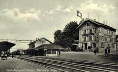 Bahnhofplatz um 1930. Das Hotel Bahnhof gleich der Haltestelle gegenüber. (Bild: Archiv Martin Sax)
