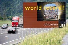 Weltrekord: Eine Tafel kündigt den längsten Zugtunnel der Welt an, 57 Kilometer lang sind die Zugröhren. (Bild: Keystone)