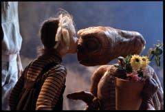 Ein rührender Kuss. Der Ausserirdische E.T. kehrt zurück zu seinem Heimatplaneten und Klein-Gertie (Drew Barrymore) gibt dem unbekannten Wesen aus dem All einen Abschiedskuss. (1982) (Bild: Keystone)