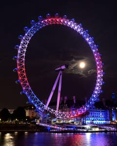 Das London Eye erstrahlt in den Nationalfarben. (Bild: Keystone)
