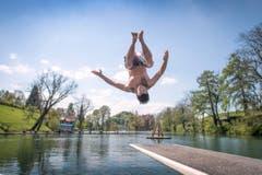 Sprung ins kühle Nass, aufgenommen beim Mannenweiher in St.Gallen. (Bild: Urs Bucher (Urs Bucher))