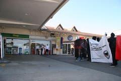 Die vermummten Linksextremen bei der Tankstelle, an der Anhänger der EA zum Austragungsort des Europafests «geschleust» werden. (Bild: mak)