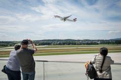Interessiert beobachten die Besucher auf der Terrasse die An- und Abflüge. (Bild: Ralph Ribi)
