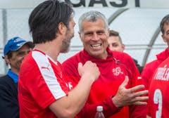 Murat Yakin (links) unterhält sich in der Pause mit Co-Trainer Andy Egli. (Bild: Andrea Stalder)