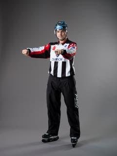 Check mit dem Stock (IIHF-Regel 127): Ein Spieler, der mit beiden Händen am Stock einen Check gegen den Körper eines Gegenspielers ausführt, wobei sich kein Teil des Stockes auf dem Eis befindet. Eine Vorwärts- und Rückwärtsbewegung der Arme auf Brusthöhe mit geballten Fäusten. (Bild: Keystone)
