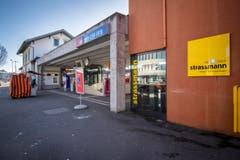Der Bahnhof auf der Südseite. Rechts das neue Gebäude des BBZ. (Bild: Reto Martin (29. Dezember 2017))
