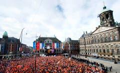 Ganz Holland ist auf den Beinen: Der neue König Willem-Alexander wird eingesetzt. (Bild: Keystone)