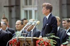 """John F. Kennedy steht am 26. Juni1963 während seiner Rede vor dem Schöneberger Rathaus in Berlin an den Mikrophonen. Mit dem legendären Satz """"Ich bin ein Berliner"""" drückte er seine Verbundenheit mit den Menschen in der geteilten Stadt aus. (Bild: Keystone)"""