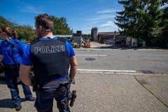 Die Polizei patroulliert vor dem Hof von Ulrich Kesselring. (Bild: Keystone)