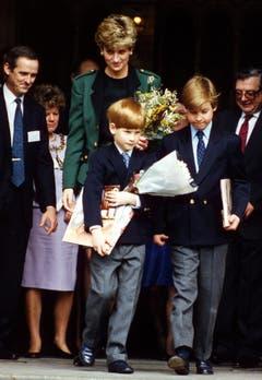 Prinzessin Diana verlässt das Naturhistorische Museum mit Prinz Harry, links, und Prinz William, , nachdem sie sich eine Dinosaurier-Ausstellung angesehen haben. (Bild: Gill Allen/AP (London, 19. April 1992))