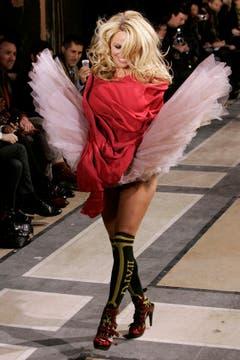 Schauspielerin Pamela Anderson lief 2009 in Paris für Vivienne Westwood über den Laufsteg. (Bild: Keystone)