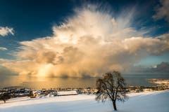 Das Siegerbild aus dem Jahr 2013: Die Schneewolke über dem Bodensee, aufgenommen ob Rorschacherberg. (Bild: Cyrill Schlauri)