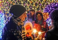 Menschen feiern den Jahreswechsel in Warschau. (Bild: Keystone)