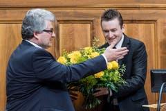 Der abgetretene Ständeratspräsident Raphael Comte gratuliert Ivo Bischofberger. (Bild: Keystone)