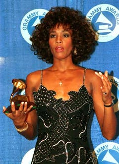 1988 posiert Whitney Houston mit ihrem zweiten Grammy für «I Wanna Dance With Somebody». (Bild: Keystone)