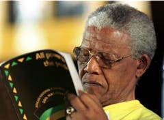 Während des 50. ANZ-Kongresses in Mafikeng studiert Nelson Mandela den Jubiläumsbericht (1997). (Bild: Keystone)