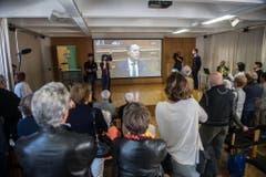 Bürger von Collina d'Oro verfolgen die Rede von Ignazio Cassis nach der Wahl. (Bild: Keystone)