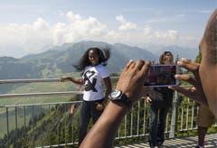 Stabhochspringerin Yarisley Silva aus Cuba freut sich ebenfalls über die Aussicht auf dem Stanserhorn. (Bild: Keystone)