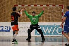 Überzeugte mit zahlreichen Paraden: Kriens-Luzern Torhüter Roman Schelbert, hier bei einem Penalty gegen Schaffhausens Iwan Ursic. (Bild: Roger Zbinden / Neue LZ)