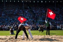 Zwei Swinger kämpfen, am Eidgenössischen Schwing- und Älplerfest (ESAF) Estavayer2016. (Bild: JEAN-CHRISTOPHE BOTT)