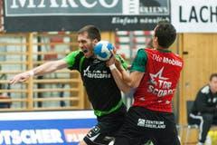 Die beiden Topskorer im Direktduell: Boris Stankovic vom HC Kriens-Luzern (links) gegen Lukas Von Deschwanden. (Bild: Roger Grütter / Neue LZ)