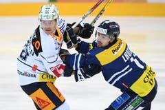 Zugs Jarkko Immonen (links) gegen Ambris Lukas Lhotak (Bild: Keystone / Gabriele Putzu)