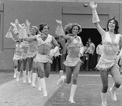 Robin Williams, Dritter von rechts, als Cheerleader in «Mork & Mindy». (Bild: Keystone)