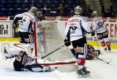 Kloten Flyers Stürmer Steve Kellenberger, rechts am Boden, stürzt, nachdem er das 1:2 geschossen hat. (Bild: Keystone)