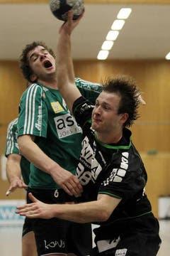 Kriens Thomas Hofstetter (rechts) gegen Wacker Thuns Jonas Dähler. (Bild: Philipp Schmidli/Neue LZ)