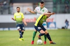 Stjepan Kukuruzovic im Zweikampf gegen den Thuner Stefan Glarner. (Bild: Urs Bucher)