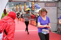 Einige der 10'000 Siegerinnen und Sieger beim Zieleinlauf. (Bild: Ramona Geiger/ Claude Hagen/LZ)