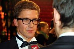 Der sichtlich stolze Sieger Simon Ammann beim Interview mit dem Schweizer Fernsehen. (Bild: André Häfliger/Neue LZ)