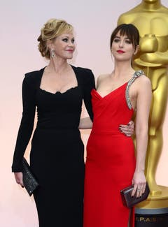 Melanie Griffith (l.) ist sichtlich stolz auf ihre bildhübsche Tochter Dakota Johnson (Hauptdarstellerin «Fifty Shades of Grey»). (Bild: Keystone / Mike Nelson)
