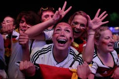 German soccer fans celebrate after their team won the Brazil World Cup semi final being played in Belo Horizonte, Brazil, between Germany and Brazil at a public viewing event called 'Fan Mile' in Berlin, Tuesday, July 8, 2014. (AP Photo/Markus Schreiber) (Bild: Keystone)