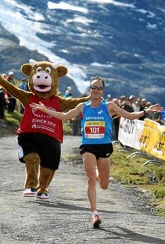 Viktor Röthlin (SUI) läuft als Dritter in einer Zeit von 02:53:21,5 ins Ziel. (Bild: Swiss Image / Andy Mettler)