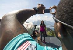 100 Meter Hürdenläuferin Brianna Rollins aus den USA freut sich am Montag auf dem Stanserhorn vor der Medienkonferenz von Spitzenleichtathletik Luzern über die Aussicht. (Bild: Keystone)