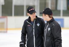 Die NLB-Mannschaft des EVZ absolviert ihr erstes Eistraining der Saison in der Trainingshalle. Im Bild: Björn Kinding (links), Heach Coach und Marcel Jenni, Assistant Coach. (Bild: Stefan Kaiser / Neue ZZ)