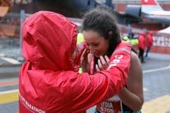 Eine Läuferin erhält ihre Medaille. (Bild: swiss-image.ch/Photo Andy Mettler)