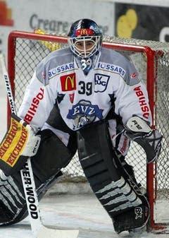 EVZ-Torhüter Sandro Zurkirchen durfte anstelle von Jussi Markkanen ran. Der Finne war überzähliger Ausländer. (Bild: Keystone)