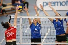 Luzerns Lauren Bertolacci (mitte) und Gabi Schottroff (rechts). (Bild: Philipp Schmidli)